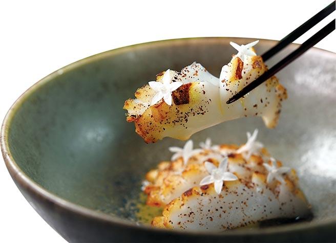 〈花枝.半天花.酸豆〉的花枝以刀功刻花並炙烤,表層會有帶著焦香的烙紋,並灑了原住民慣用的鹽膚木提味。圖/姚舜