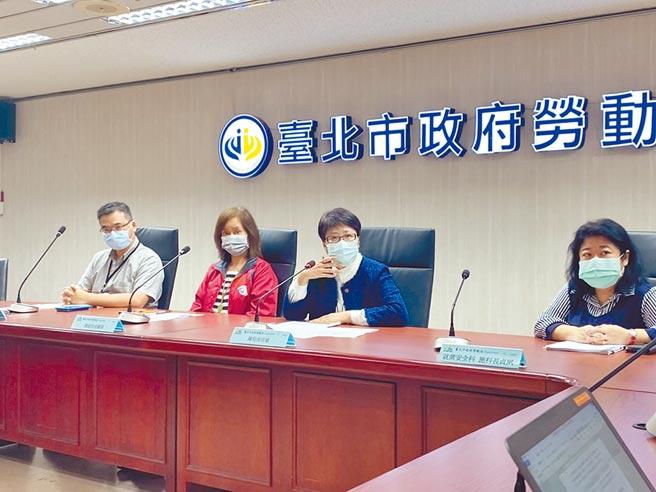 台北市勞動局長陳信瑜(右二)29日針對文華東方酒店大量裁員舉行記者會。(游念育攝)