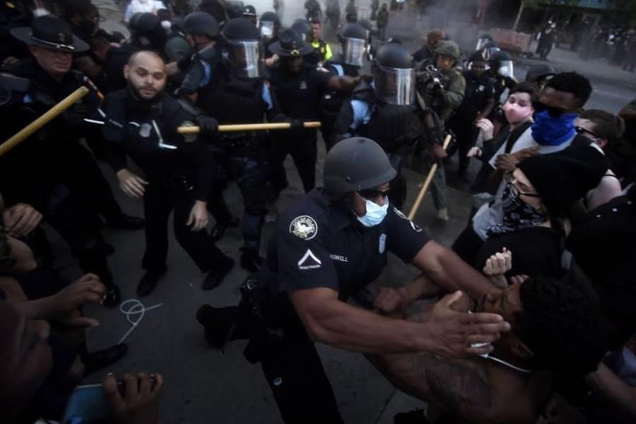CNN亞特蘭大總部驚傳爆炸 瓦斯彈催淚彈齊飛!圖為CNN場外示威者與警察混戰(美聯社)