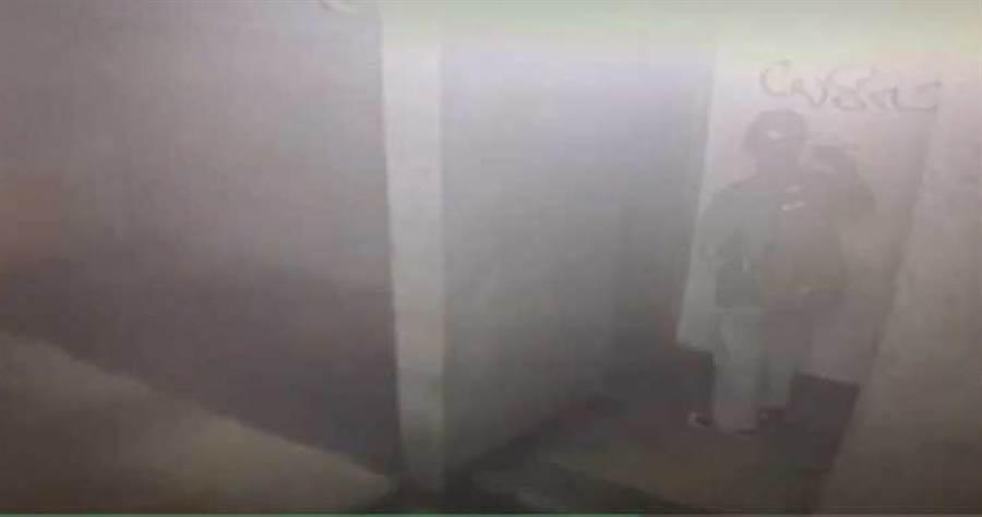 台北萬華區一名陳姓男子,每每喝醉酒畫興大起,在西門町商圈店家鐵門亂噴漆塗鴉,遭環保局開單。(圖/警方提供)
