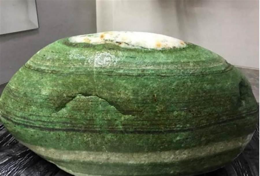女孩的父親看到「綠貝殼」後大叫:「發財了」。原來這是罕見的「綠泥石」。(圖/翻攝自臉書)