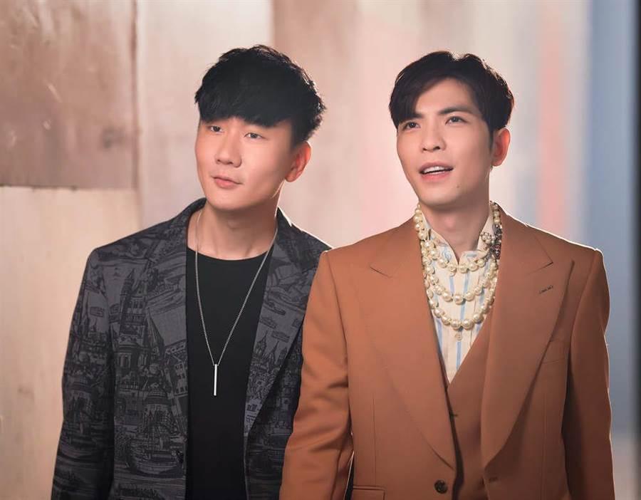 蕭敬騰(右)與林俊傑日前拍攝MV。(華納提供)