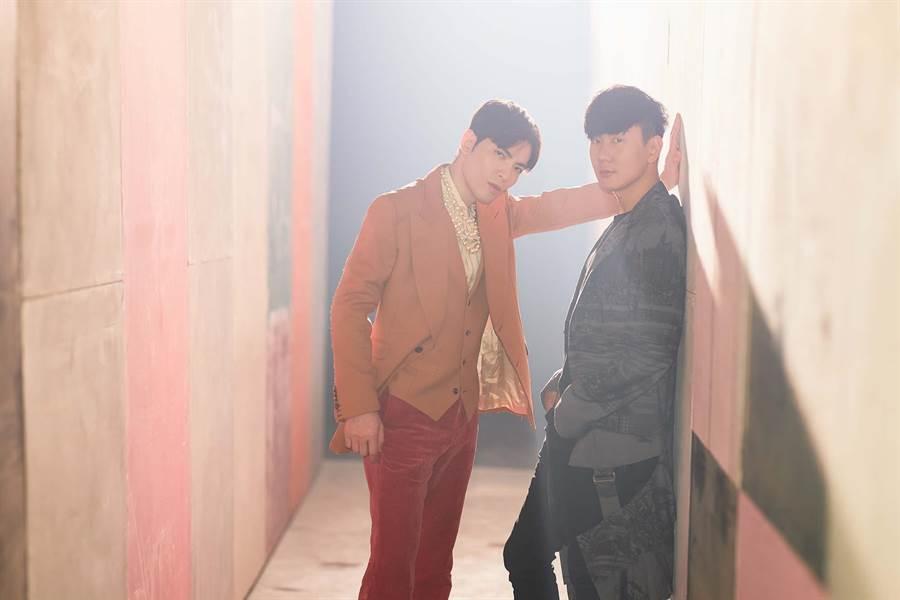 蕭敬騰(左)與林俊傑日前拍攝MV。(華納提供)