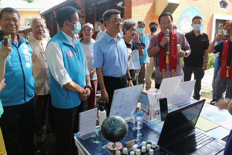 命理師向副市長陳雄文解說西洋占星。(高雄市客家委員會提供/林雅惠傳真)