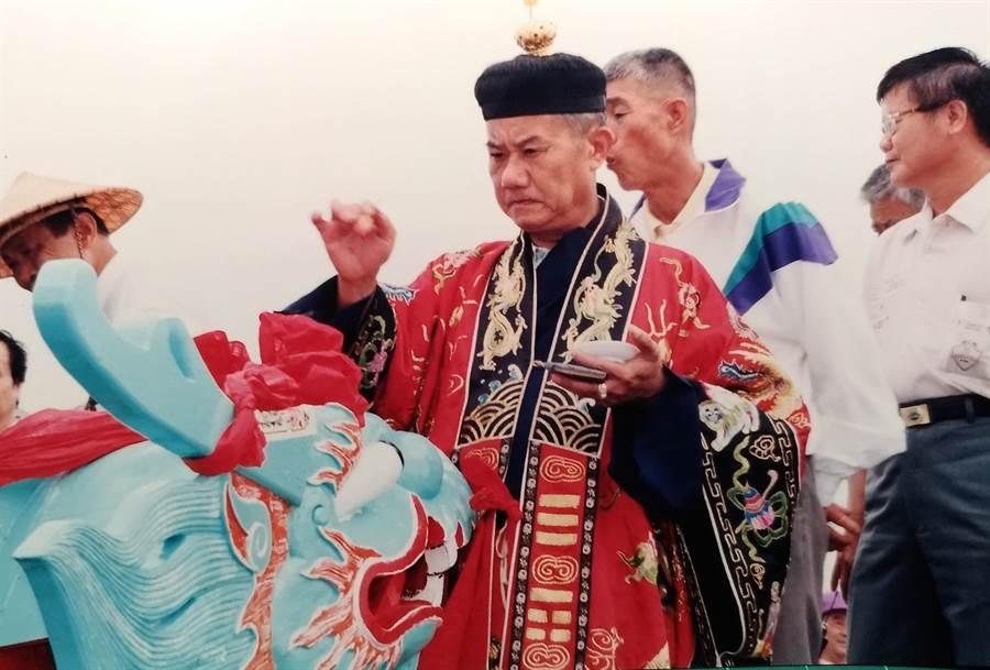 1997年5月8日,龍舟開光點睛,道長施宣熹的父親遵循古法畫符敕令清淨。(施澄淮提供/吳敏菁彰化傳真)