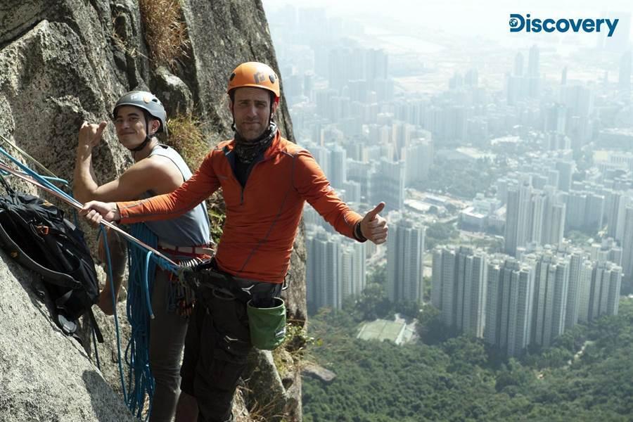 白锐匀亲身挑战高难度的香港狮子山极限攀岩。(Discovery提供)