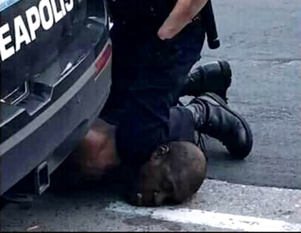 非裔男子佛洛伊德(George Floyd)遭白人警察壓頸致死,引爆全美示威抗議。根據目擊者說法、監視器畫面、以及官方紀錄,佛洛伊德之死全因一張20美元假鈔而起,他生前最後30分鐘經歷也在媒體拼湊下曝光。(圖/TPG、達志影像)