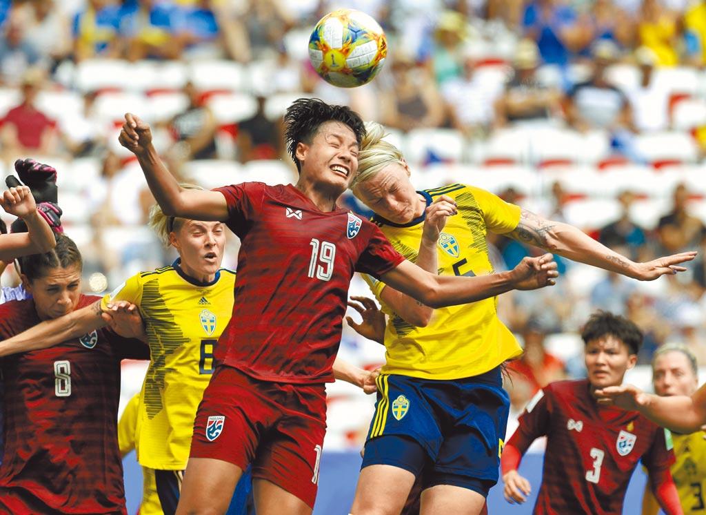 泰國國腳皮沙埋(19號)將成為台灣木蘭女足聯賽首位外籍洋將,圖為她去年在世界盃迎戰瑞典。(美聯社資料照)