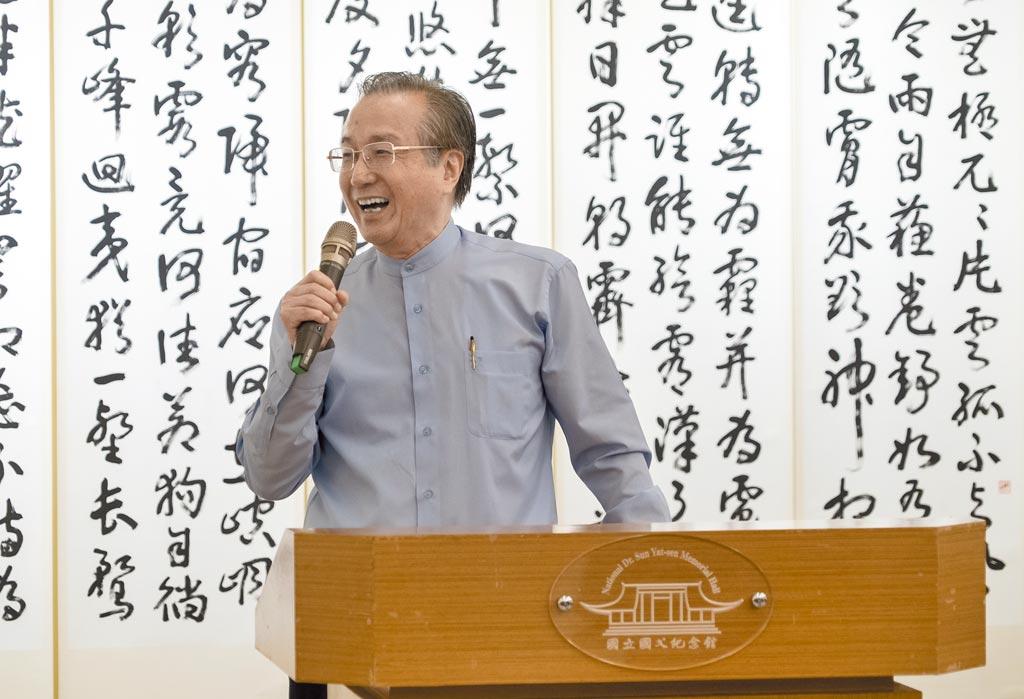 薛平南於《翰墨舞霞天》大展中演講。圖片提供長歌藝術傳播