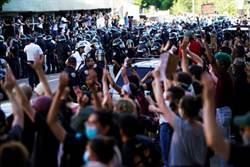 影》紐約警車衝撞  抗議群眾驚逃