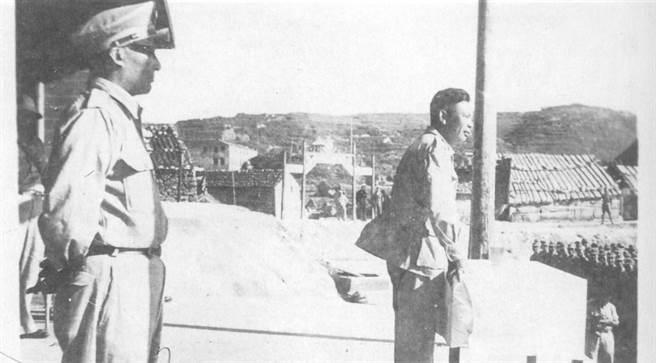 民國41年7月,國防部政戰部主任蔣經國前往大陳島,在海軍體育集合場,對江浙反共救國軍講話。(台灣商務提供)