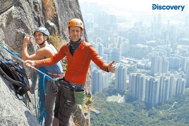 白銳勻(右)挑戰高難度的香港獅子山極限攀岩。(Discovery提供)