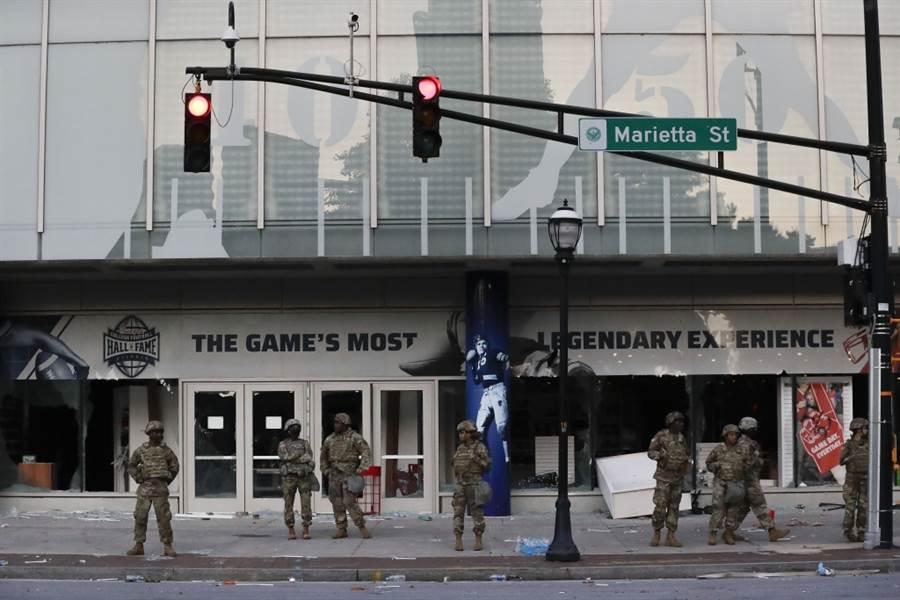 美國亞特蘭大的大學足球名人堂遭到抗議群眾洗劫,喬治亞州出動國民兵護衛。(美聯社資料照)