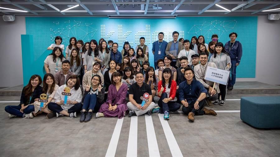 Kkday執行長陳明明與DTTA財務長蔡文宜與參訓學員合影。(業者提供)