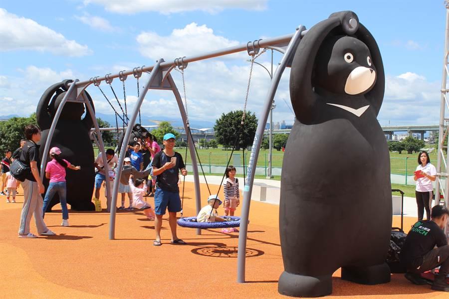 台灣黑熊的鞦韆吸引大批民眾前往體驗(戴上容攝)