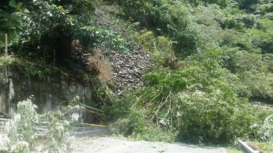 前往鳩之澤溫泉區的支線道路今天坍方,因溫泉管線受損,園區暫停營業。(羅東林管處提供/李忠一宜蘭傳真)