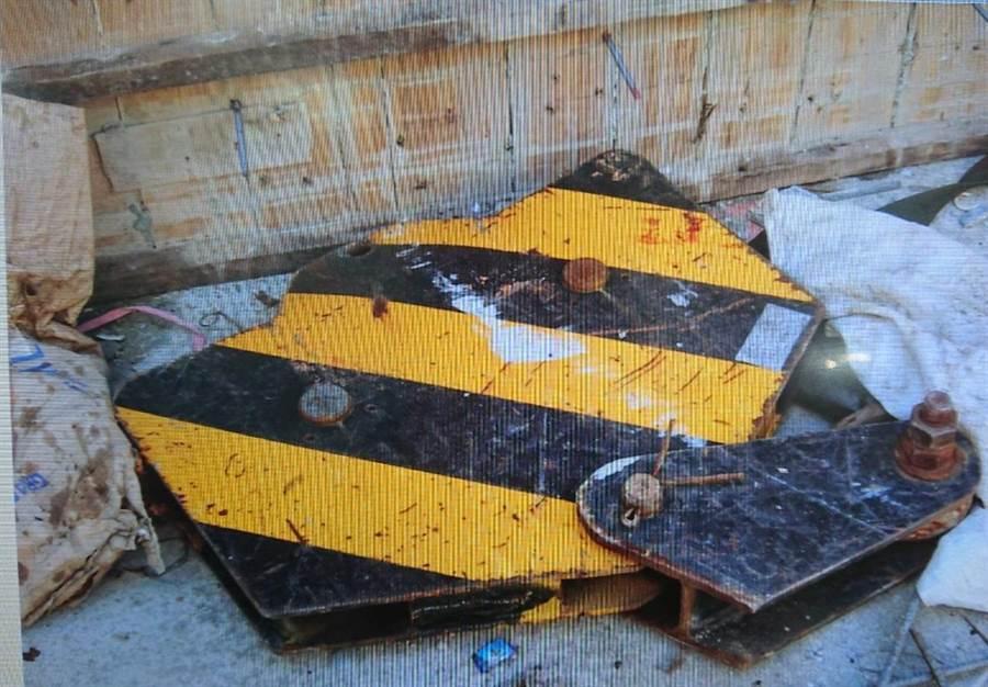 掉落砸傷模板工的天車吊勾。(讀者提供/程炳璋台南傳真)