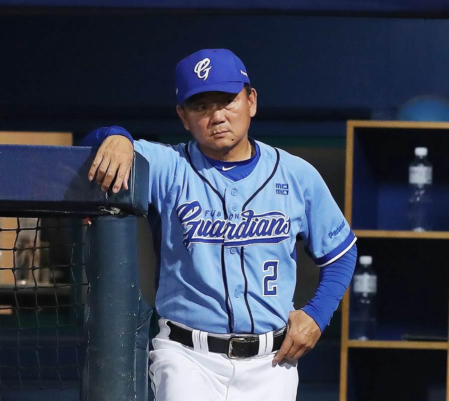 富邦悍將總教練洪一中認為中職先發投手缺乏養成,因此心態容易有動搖。(資料照/陳怡誠攝)