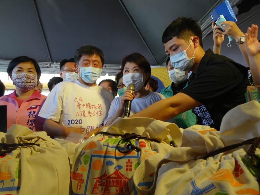 衛生福利部長陳時中在台中市長盧秀燕陪同下前往台中產業故事館,為台中農特產品行銷。(馮惠宜攝)