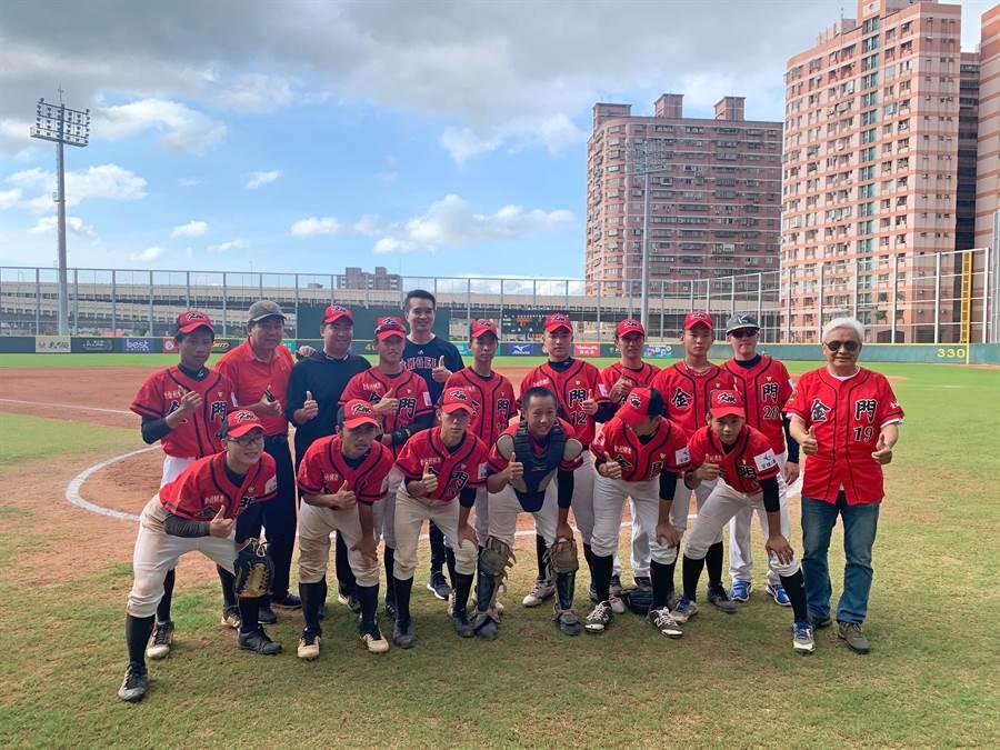 金門縣青棒代表隊首次進軍2020玉山盃全國青棒錦標賽,今(31)日在有「台灣甲子園」之稱的比賽中,以5比2擊退宜蘭縣奪得首勝,寫下跨海遠征的歷史性紀錄。(金門縣棒球委員會提供)
