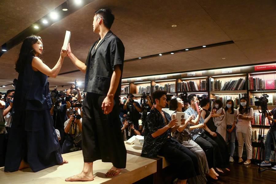 台北東區一大地標敦南誠品,31日為最後一日營業日,誠品邀請舞者運用空間表演,延伸閱讀的廣度。(鄧博仁攝)