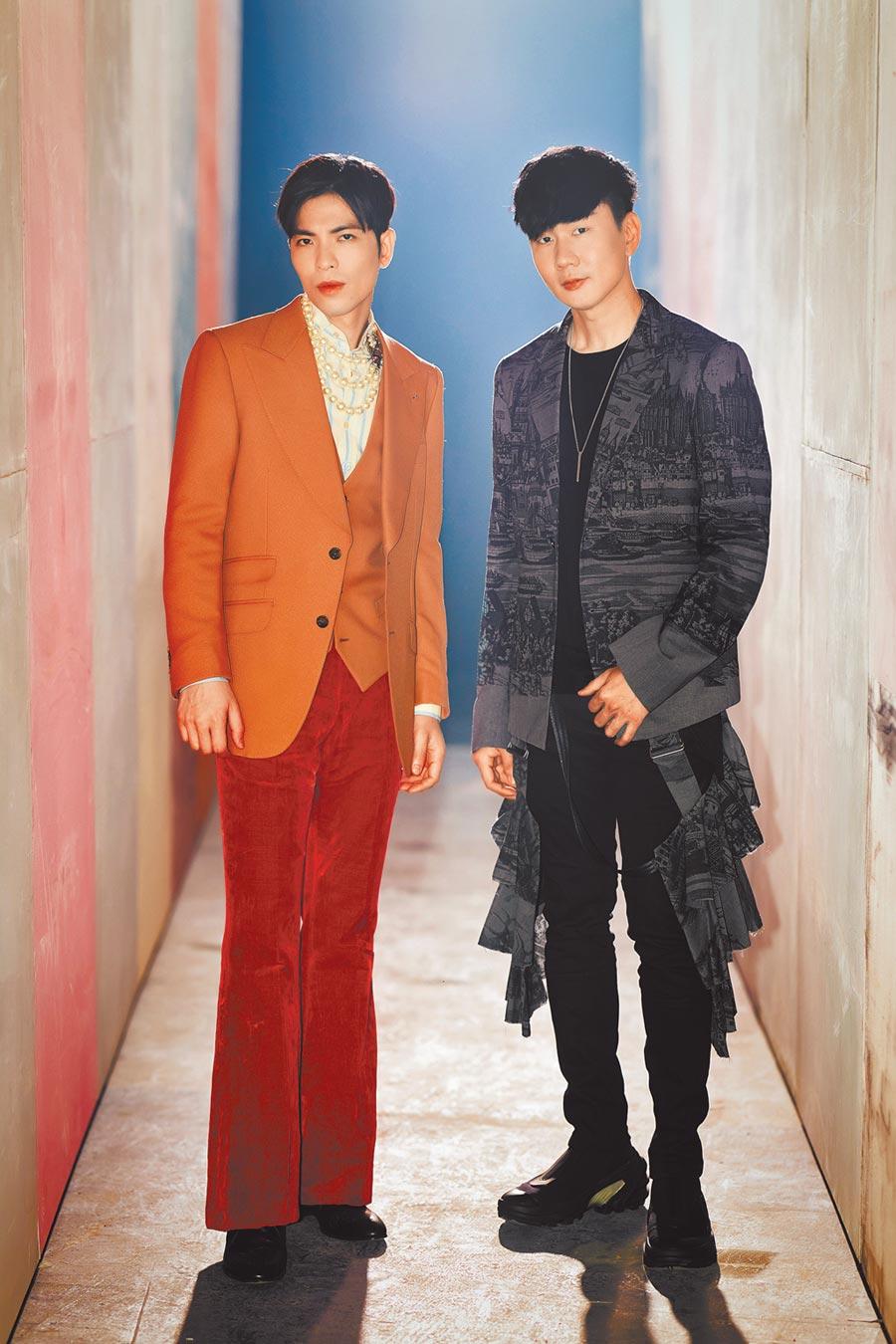 老蕭(左)與JJ日前一同拍攝新歌MV。(華納提供)