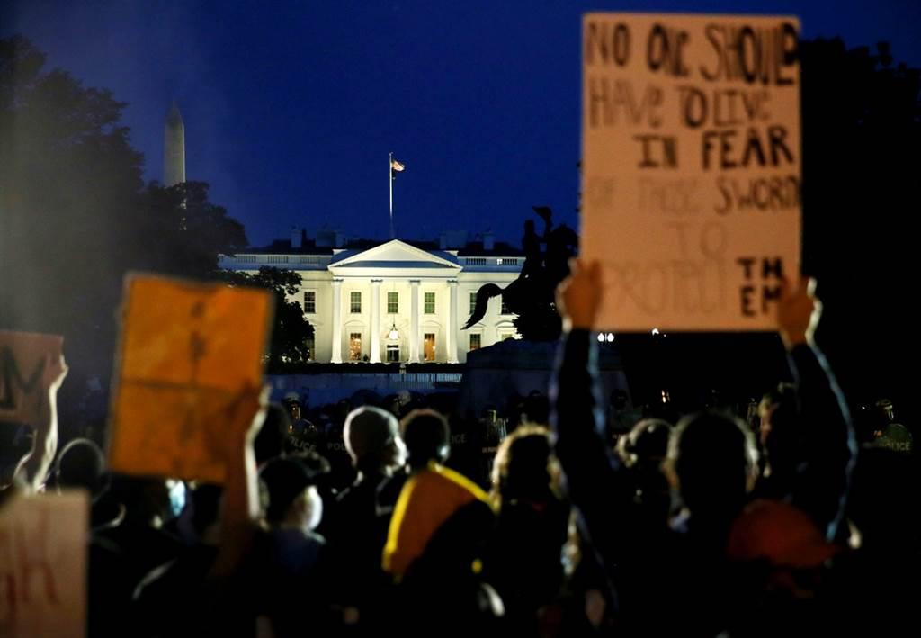 非裔男子之死引發數百民眾於29日晚聚集白宮外圍示威抗議,和警察、特勤局人員爆發衝突,白宮一度關閉。(圖/路透社)
