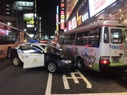 警員身體不適 派出所前警車撞公車