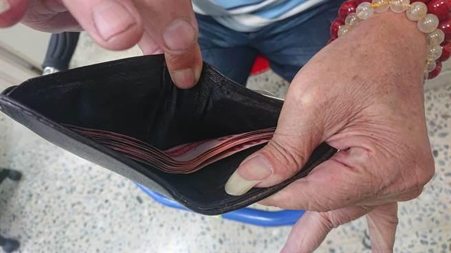 老翁皮夾內千元大鈔都被搶光,只剩百元鈔票。(程炳璋攝)