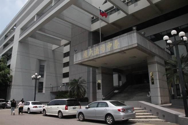 20岁吴男涉嫌与应召站合作媒介性交易,法院一审判吴男徒刑2月。(陈淑芬摄)