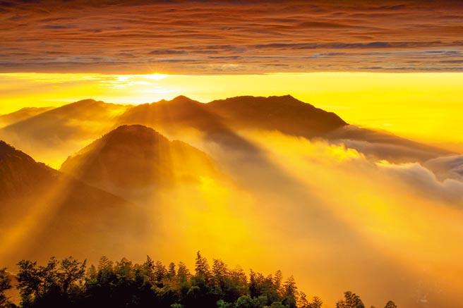 雲林縣古坑鄉草嶺石壁的夕陽美得令人窒息。(廖金禧提供/許素惠雲林傳真)