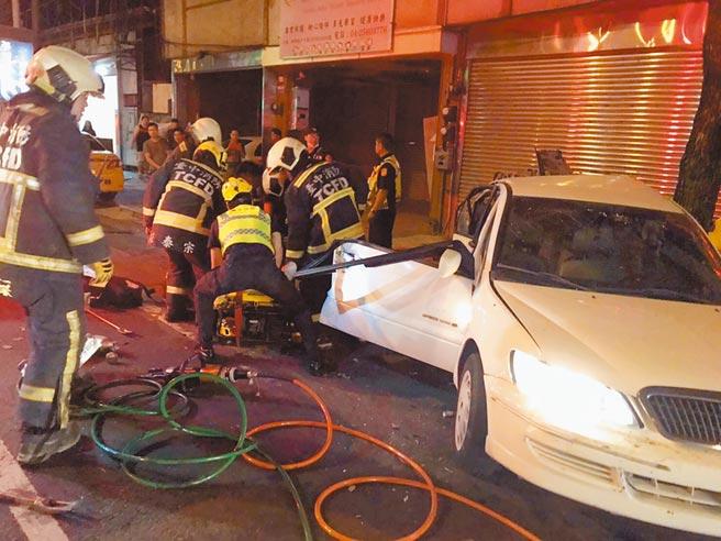白色轎車遭BMW猛烈追撞,警消獲報到場使用破壞器材將51歲駕駛救出,仍因傷重送醫不治。(民眾提供/王文吉台中傳真)