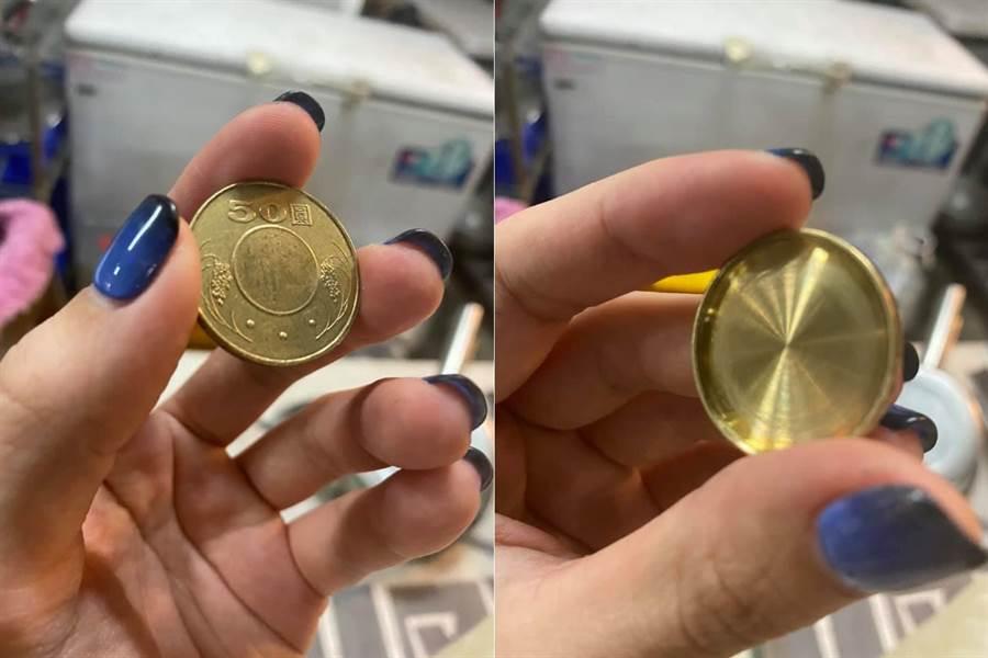 老闆娘收到的50元硬幣只有單面 另一面則被磨平了(圖/取自爆廢公社)