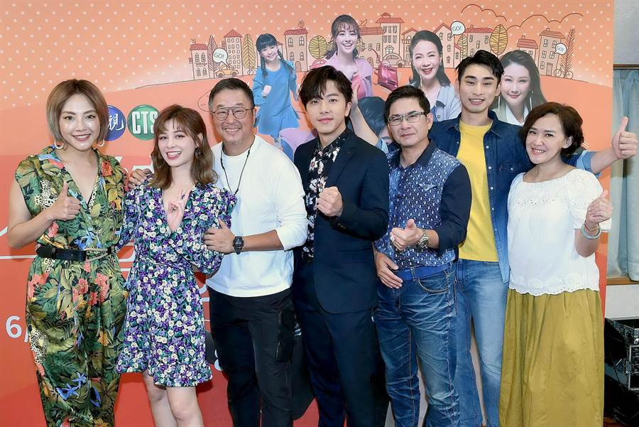 製作人王偉忠、謝育秀與劇中演員一起宣傳。(華視提供)