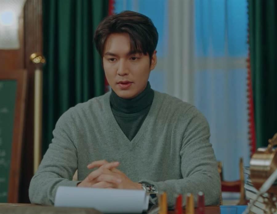 李敏鎬在韓劇中《永遠的君主》佩戴泰格豪雅自動計時腕表。(翻攝自Netflix)