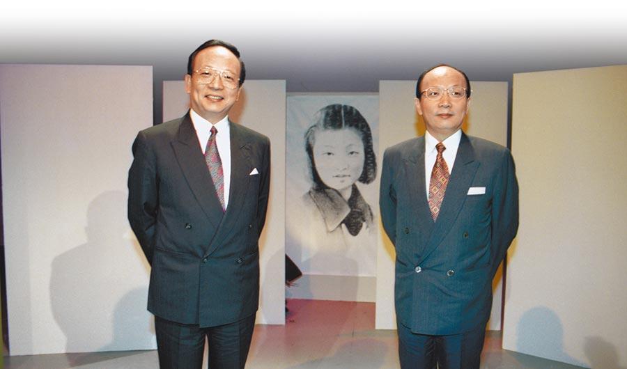 蔣經國在《蔣經國日記》寫著「孝嚴、孝慈」並非其子,圖為1993年9月,章孝嚴(左)、章孝慈兄弟談母親章亞若。(本報資料照片)