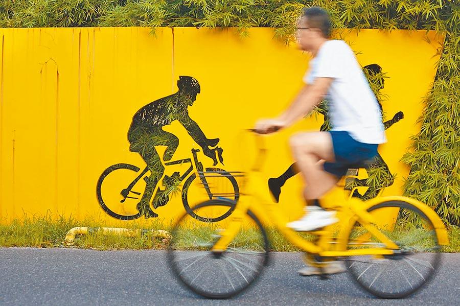 浙江嘉興市民在中央公園內騎乘ofo共享單車。(新華社資料照片)