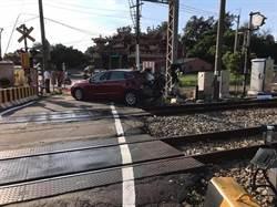 竹南小客車闖平交道撞及台鐵區間車 幸無人受傷