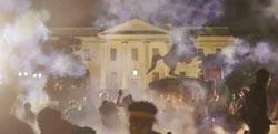 川普躲碉堡 PO文嗆示威群眾