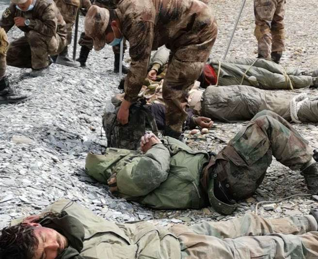 解放軍在邊境衝突中「俘虜」印度部隊的畫面。(微信)