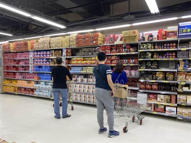震撼市場!家樂福今宣布,合併全台224家頂好超市,33年歷史的頂好超市將走入歷史;圖為家樂福。(資料照)