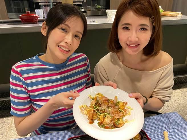 艾菲邀請謝忻上YOUTUBE  FUN TV頻道「艾菲的小廚房」節目體驗做章魚燒。(風雅國際娛樂提供)