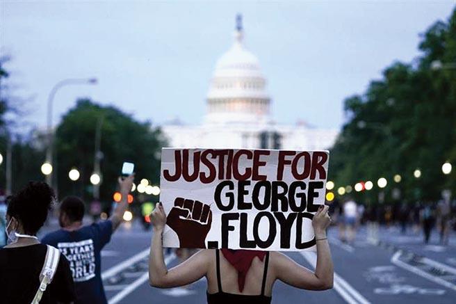 「非裔之死」不僅迫使案發地的明尼阿波利斯市宣布宵禁,示威更延燒至華府,一度被迫封鎖。(美聯社)