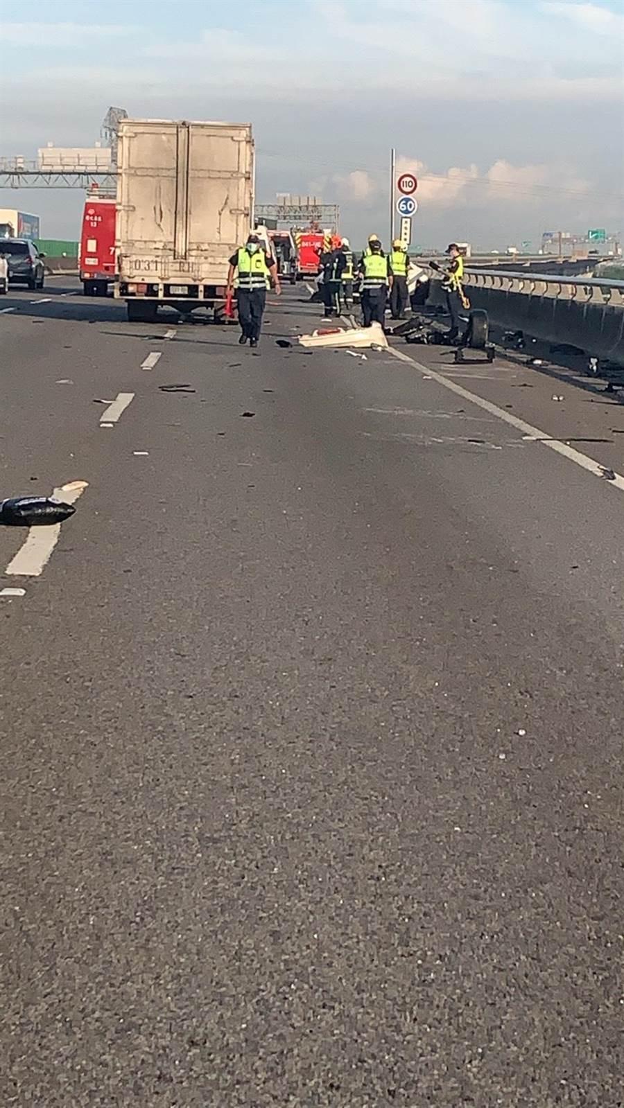 今天上午6點多,國道三號快官北上路段發生重大事故,男子駕駛賓士車自撞護欄後,拋飛車外死亡。(摘自彰化踢爆網/謝瓊雲彰化傳真)