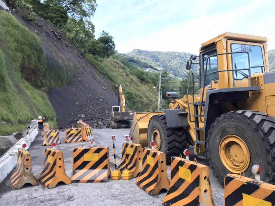 中橫公路79K坍方40公尺,谷關工務段調派機具到場搶通。(谷關工務段提供/王文吉台中傳真)