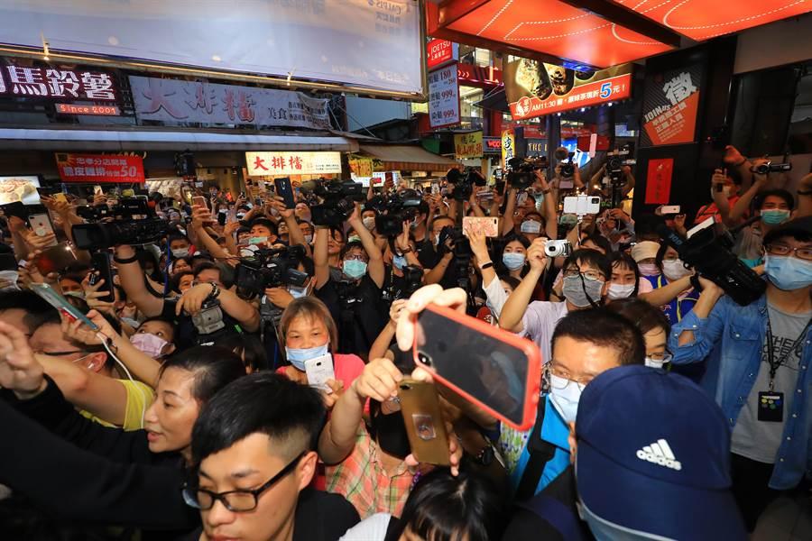 市長盧秀燕邀請衞福部長陳時中造訪一中商圈,重見原本的觀光榮景,消費人潮回流至少8成。(盧金足攝)