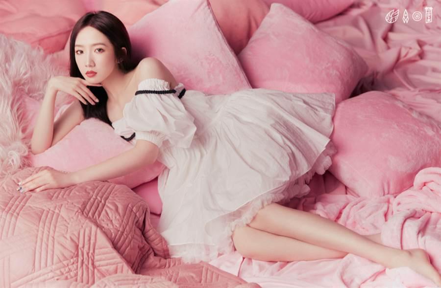 「火箭少女粉色夢幻大片」比前一波的閨蜜婚紗照更性感。(圖/摘自微博@火箭少女101官博)