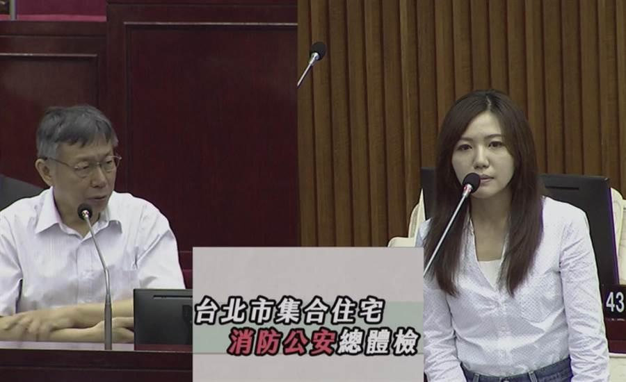 北市議員吳沛憶(右)2日質詢,11樓以上公安申報才3成,台北市長柯文哲(左)坦言有漏洞。(摘自北市議會直播)