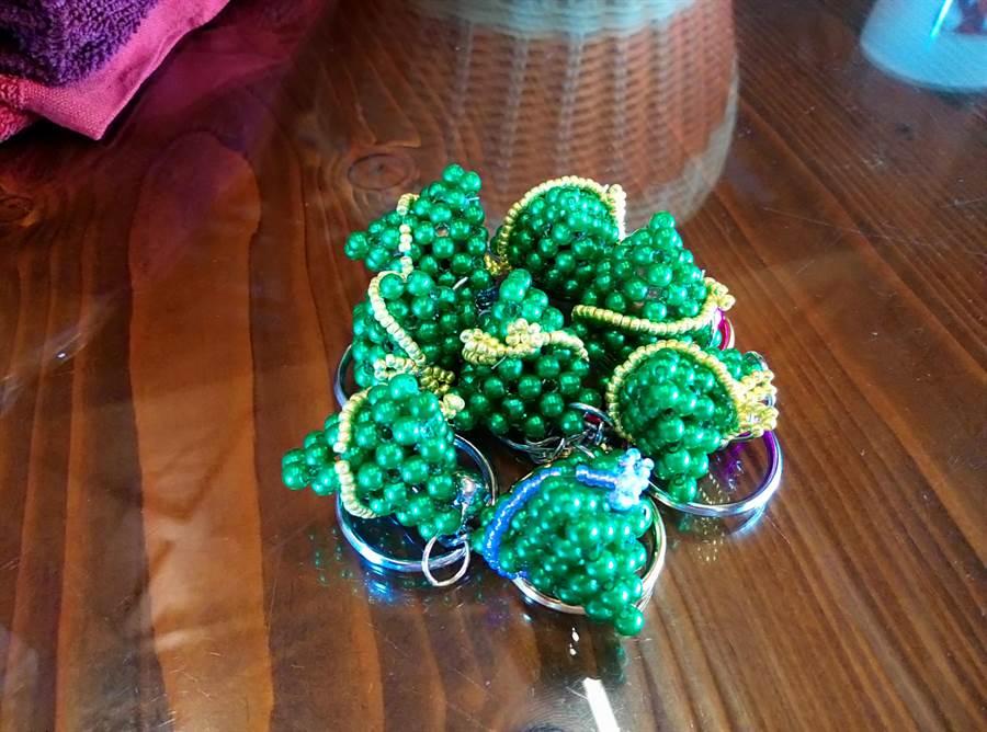 張怡玟手作粽子串珠吊飾小巧玲瓏。(許素惠攝)