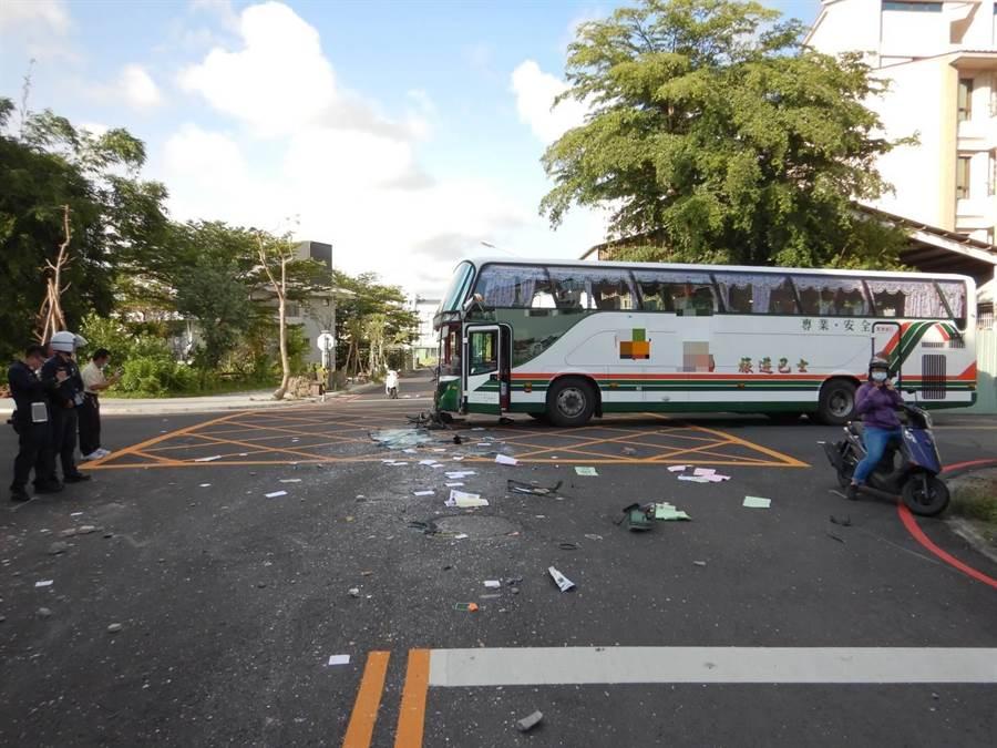 一部遊覽車下午行經楠梓區大學23街與大學26街口,與砂石車發生車禍。(翻攝照片/林瑞益高雄傳真)